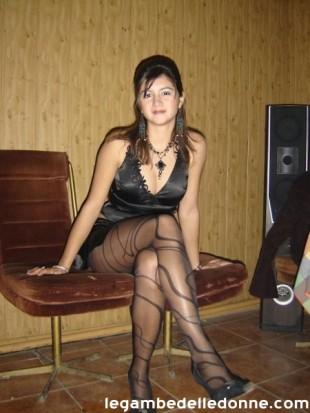 Sonia en collants et escarpins s'adonne la masturbation