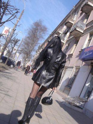 Minigonna, collant e stivali