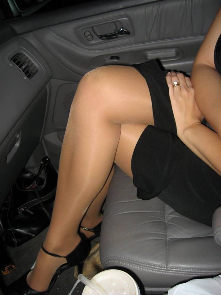 Amica in collant in auto