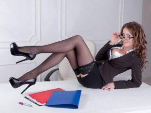 Ragazza con le autoreggenti in ufficio