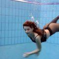 Ragazza in collant che nuota