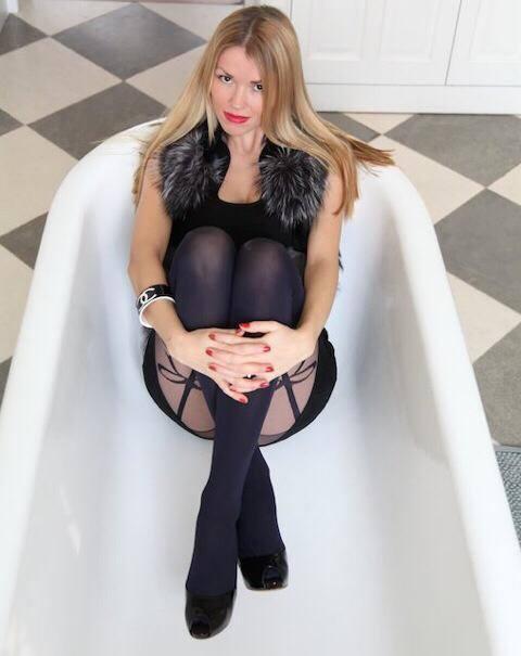 Nella vasca in collant neri