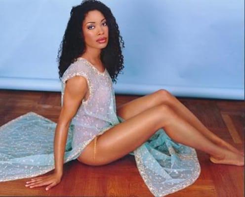 Gina Torres senza calze